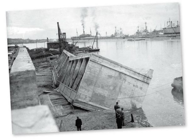 Zatapianie betonowych kesonów podczas budowy portu w Gdyni, lata 30.