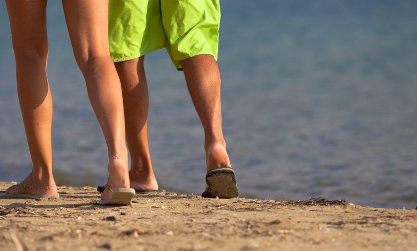 Para spaceruje po plaży