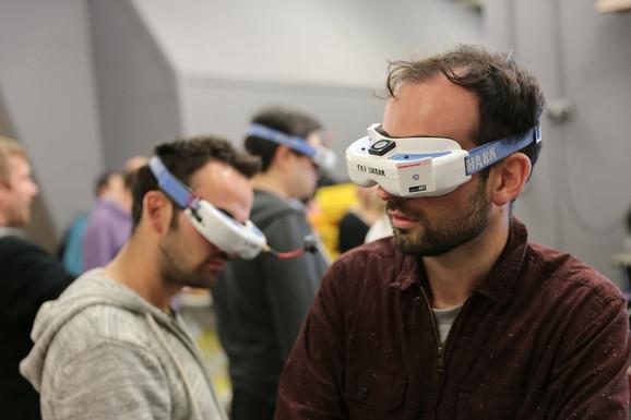 Gledaoci s naočarima za praćenje trke dronova-kvadkoptera