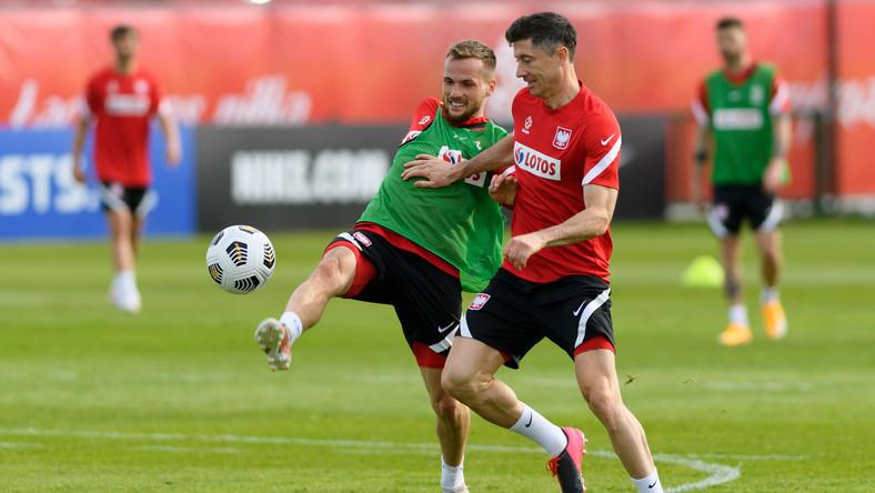 Tomasz Kędziora (L) i Robert Lewandowski (P) podczas treningu kadry, 24 bm. w ośrodku w Opalenicy