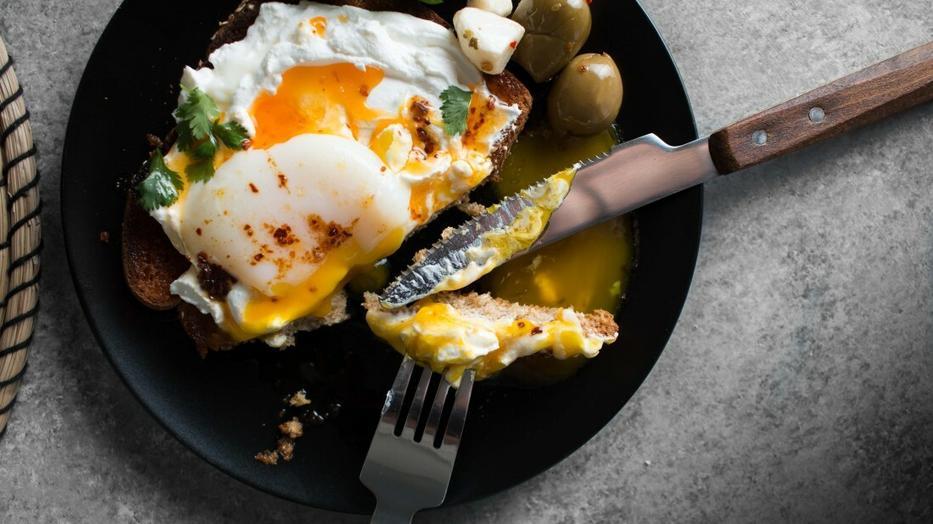 péniszeket és tojásokat eszik