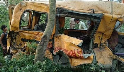 Bus wiozący dzieci do szkoły wjechał pod pociąg. 13 osób zginęło