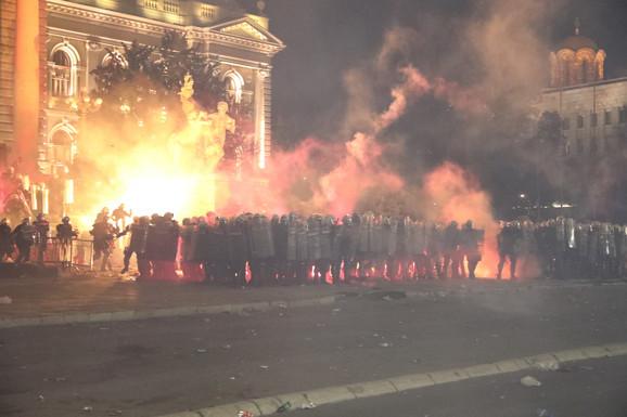 Suzavcima rasteruju demonstrante
