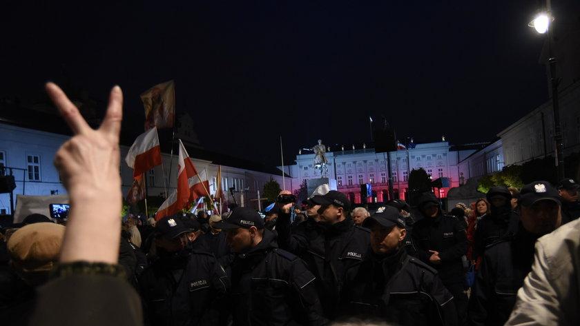 Kaczyński na miesięcznicy: białe róże to symbol nienawiści