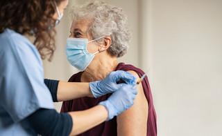 Ruszyły zapisy seniorów powyżej 70 lat na szczepienia przeciw COVID-19: Jak się zapisać? Co zrobić, gdy zabraknie szczepionki?
