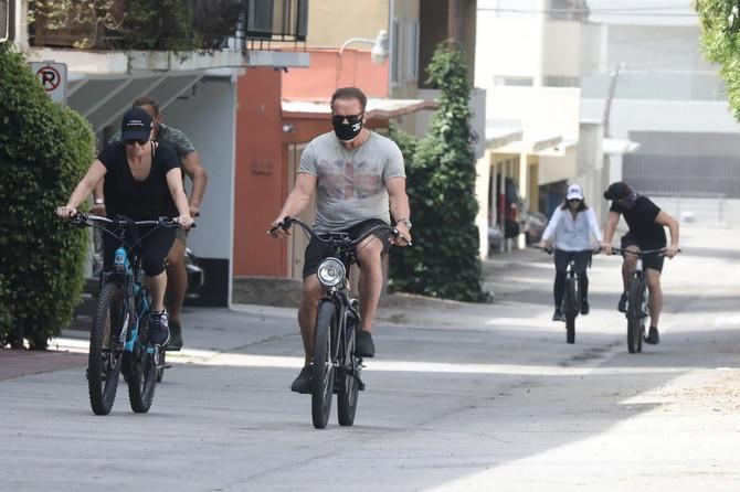 Arnold Švarcenger sa ćerkom Ketrin i zetom Krisom Pratom u vožnji biciklom u Kalifroniji