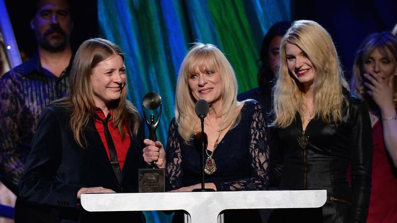 Wendy O'Connor - matka Kurta Cobaina (w środku)
