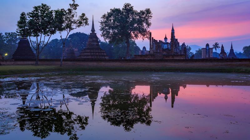 Ruiny świątyni Wat Mahathat w Parku Historycznym w Sukhothai