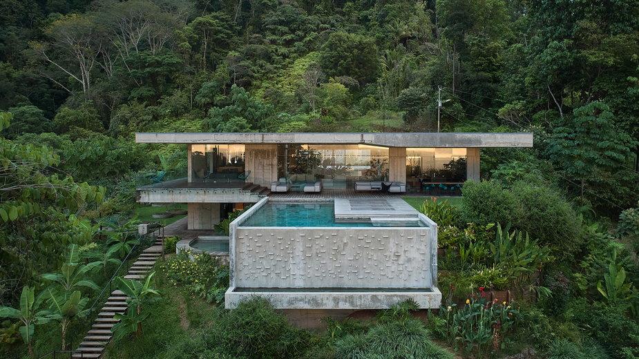 Betonowa willa w kostarykańskiej dżungli inspirowana brutalizmem.