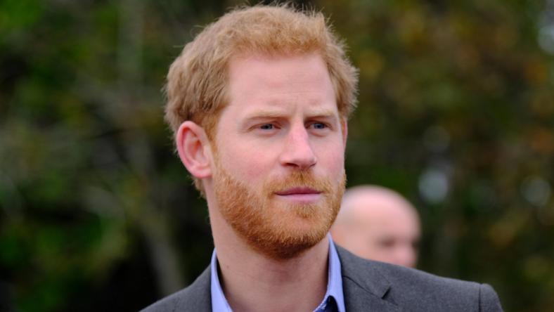 Książę Harry wraca do Londynu. Zachowanie wnuka nie podoba ...