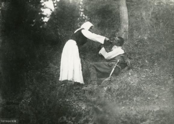 Seljanka poji srpskog ranjenika u Gučevu, septembar 1914.