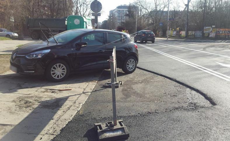 Przez pozostawione auta drogowcy nie mogli wylać nowej nawierzchni na całej jezdni