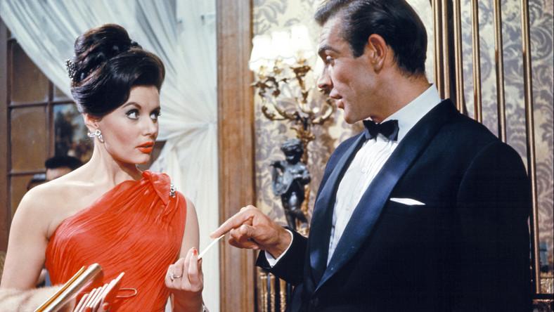"""Pierwszy film o Bondzie, """"Doktor No"""", był ekranizacją szóstej powieści Fleminga. Jego premiera w Wielkiej Brytanii odbyła się 5 października 1962 roku, a w superagenta po raz pierwszy wcielił sięSean Connery, który za wroga miałChińczyka zwanego Dr No –w tej roli Joseph Wiseman"""