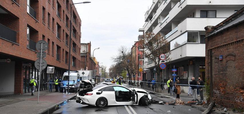 Policyjny pościg ulicami Warszawy. Mercedes zderzył się z innym autem i wylądował na ścianie budynku. Są ranni