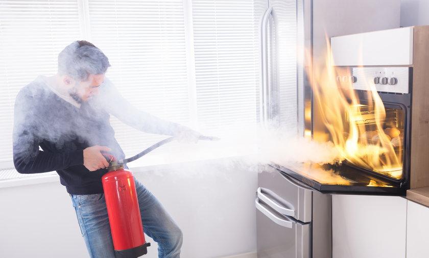Na wszelki wypadek warto mieć gaśnicę w domu.