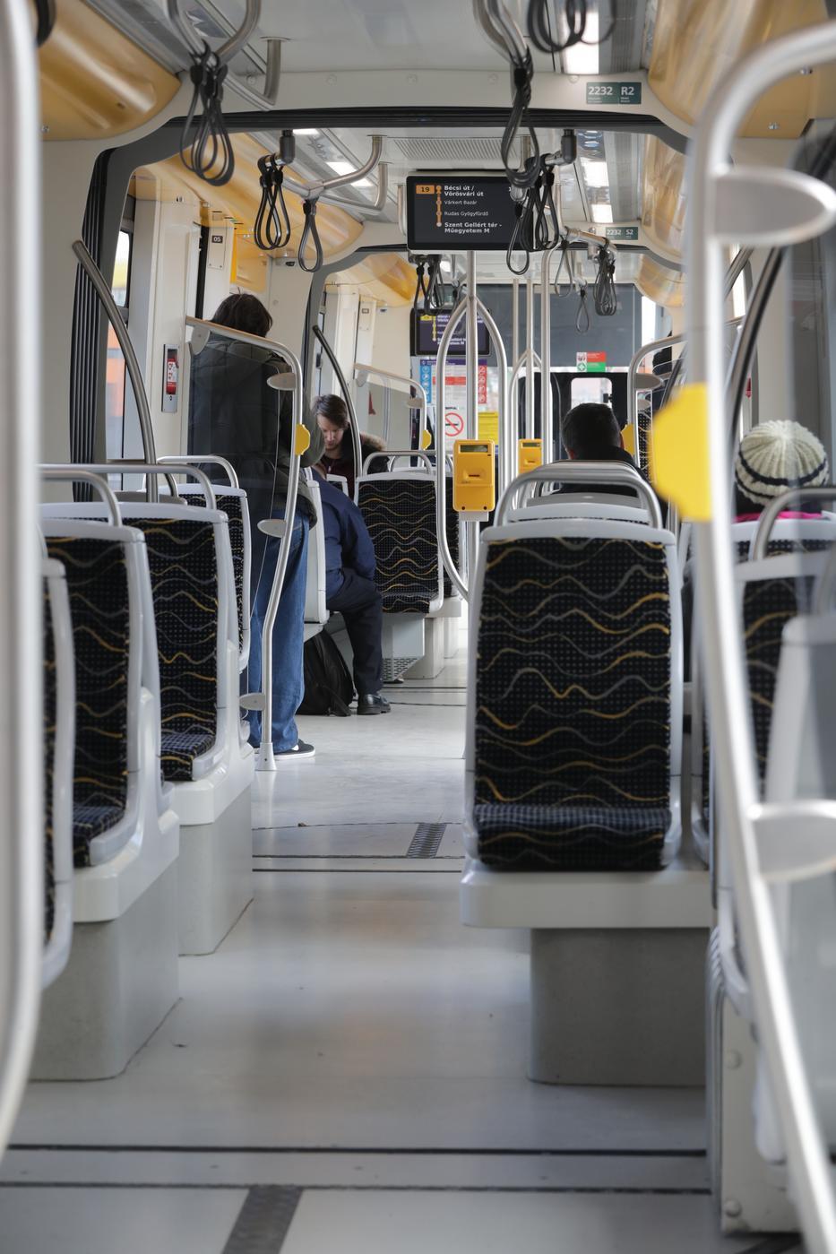 A csúcsidőben megszokott zsúfolt buszok és villamosok ideje is lejár, kevesebb utas és több jármű lesz /Fotó: Grnák László