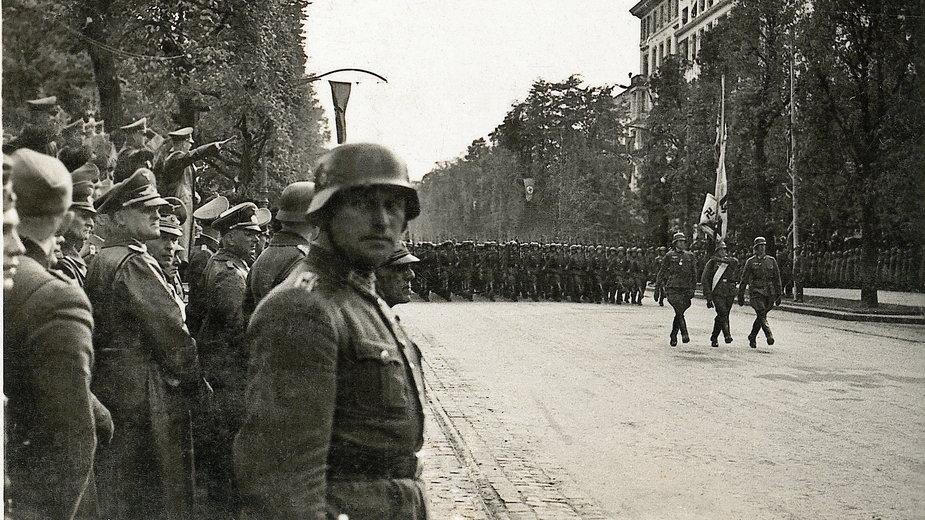 Hitler odbierający defiladę wojsk niemieckich w Alejach Ujazdowskich, po zdobyciu Warszawy w 1939 r. (reprodukcja)