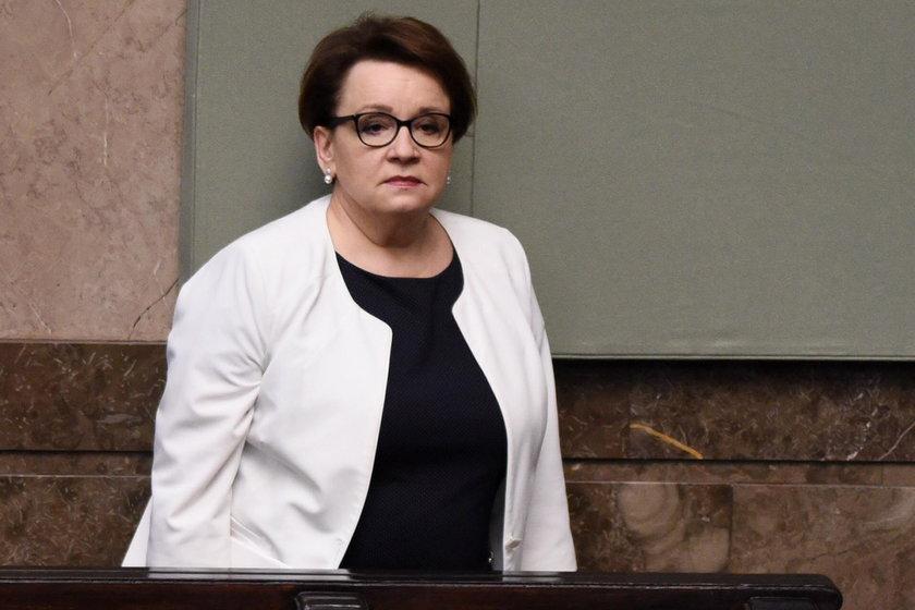 Zalewska znalazła winnych za przeludnione szkoły