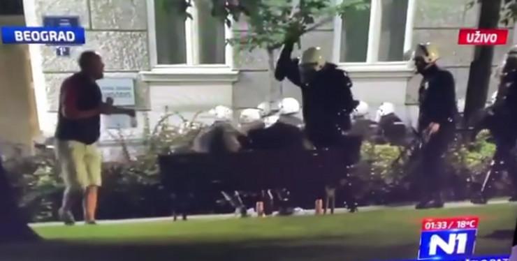Policija tuče demonstrante u Pionirskom parku