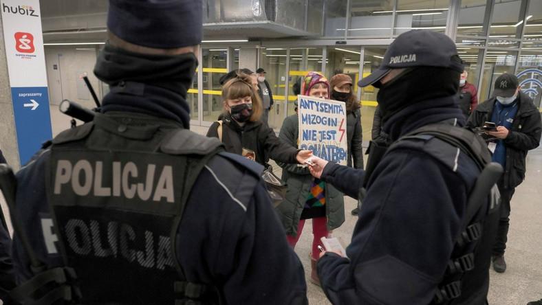 Protest podczas uroczystości nadania stołecznemu Dworcowi Wschodniemu imienia Romana Dmowskiego