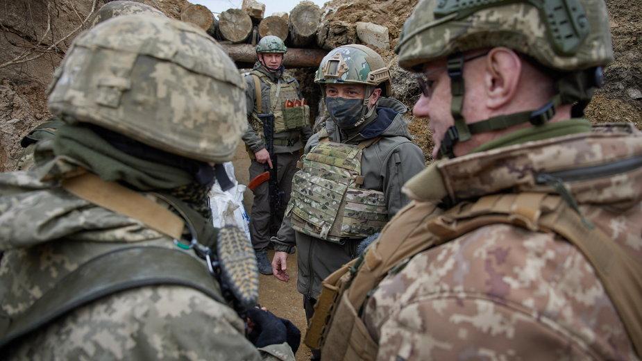 Prezydent Zełenski wśród ukraińskich żołnierzy w strefie wojennej na Donbasie