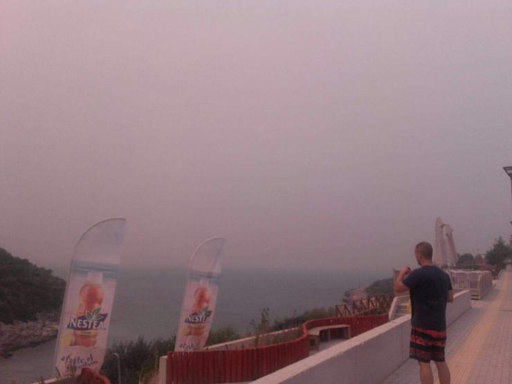 Ostrvo Tasos obavijeno dimom