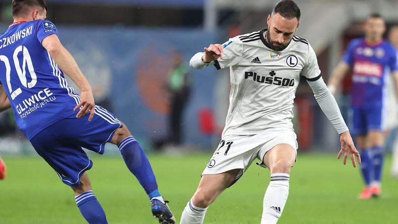 Zawodnik Piasta Gliwice Martin Konczkowski (L) i Rafael Lopes (P) z Legii Warszawa podczas meczu 26. kolejki piłkarskiej Ekstraklasy