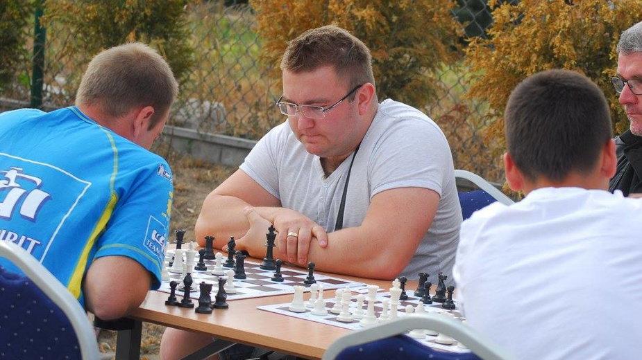 Paweł Dziubiński przy partii szachowej