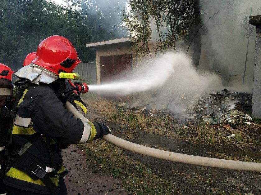 Katowice. Pożar śmieci i garaży na osiedlu Tysiąclecia