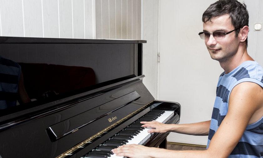 Niewidomy muzyk czeka na przeszczep rogówki