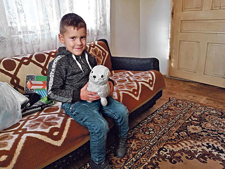 Mali Matej stidljivo dobacuje da nemaju ni televizor ni mobilni...