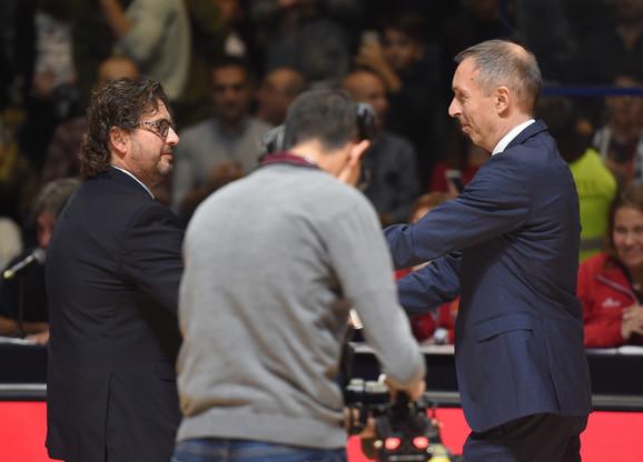 Milan Tomić i Andrea Trinkijeri se pozdravljaju pred početak večitog derbija