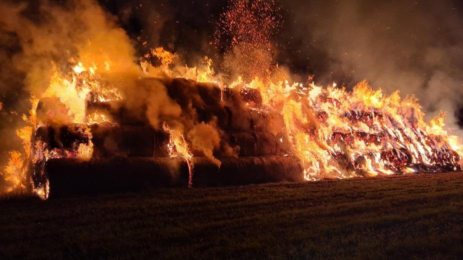 Pożar balotów słomy w Janczewie