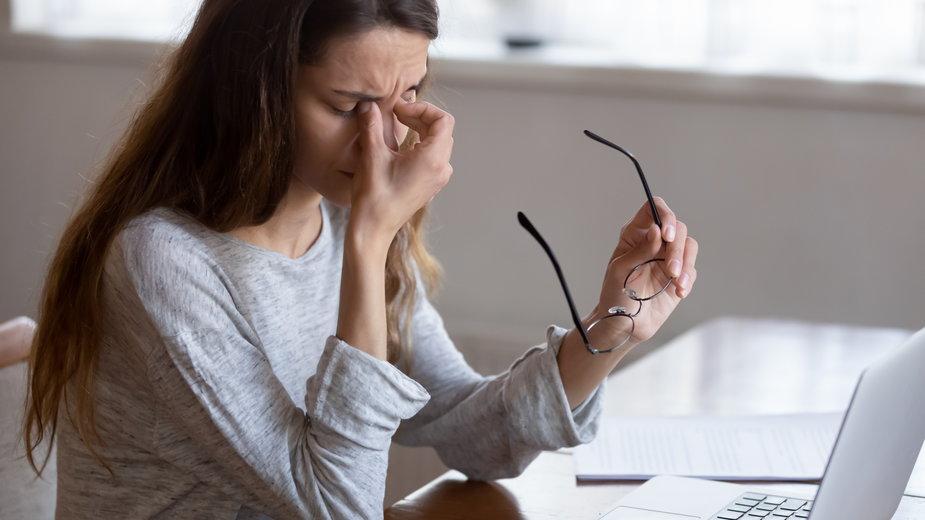 Praca przed komputerem fatalnie wpływa na wzrok. Te produkty zadbają o twoje oczy