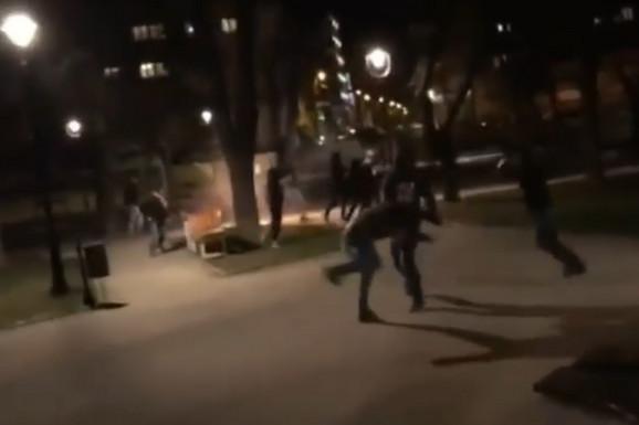 """SNIMAK BRUTALNE TUČE Ovako je izgledao sukob """"delija"""" i """"grobara"""" u Karađorđevom parku /VIDEO/"""