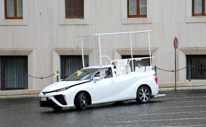 Toyota Mirai Papamobile