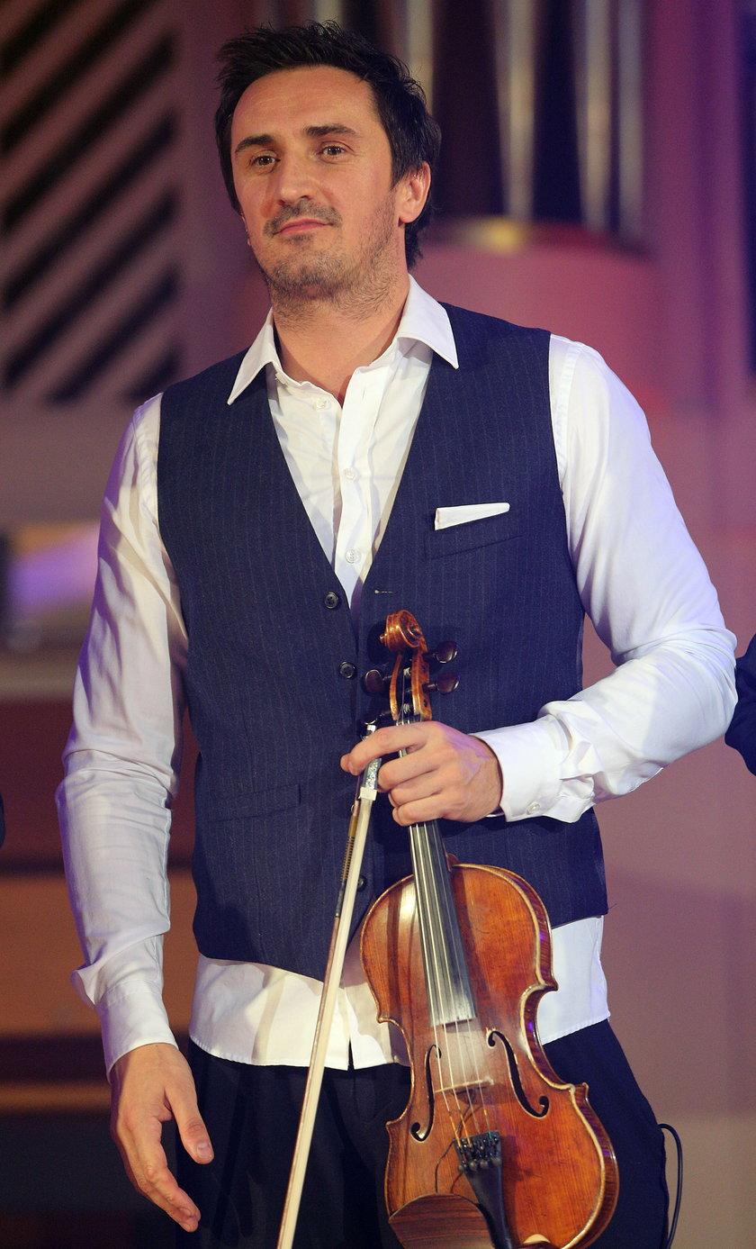 Sebastian Karpiel-Bułecka na scenie w Krakowie ze skrzypcami