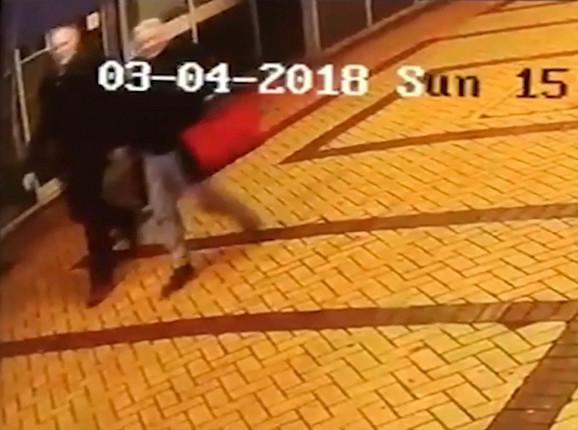 Sergej i Julija Skripalj snimljeni nadzornom kamerom na ulici u Solsberiju, neposredno pre napada