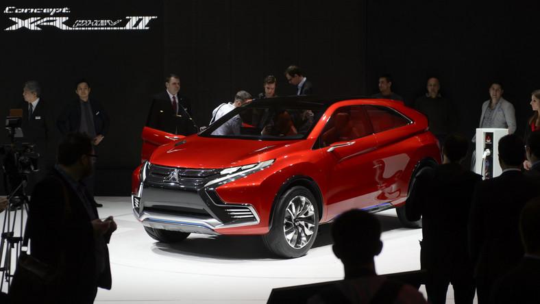 W czasie tegorocznego salonu samochodowego w Genewie najważniejsza premierą Mitsubishi był model o nazwie Concept XR-PHEV II. Przypominamy, że Japończycy także w Genewie w 2014 roku pokazali model o nazwie Concept XR-PHEV. Czym różni się samochód przygotowany do debiutu w 2015, czyli Concept XR-PHEV II (foto) od tego z zeszłorocznej wiosny? Przedstawiciele Mitsubishi zapewniają, że to model stworzony od nowa - z całkowicie nową karoserią oraz wnętrzem i tylko stylizacją nawiązuje do pierwszego projektu. Zupełnie innego zdania są przedstawiciele rosyjskiego molocha AvtoVAZ, do którego należy Łada - sprawa stanęła na ostrzu noża…