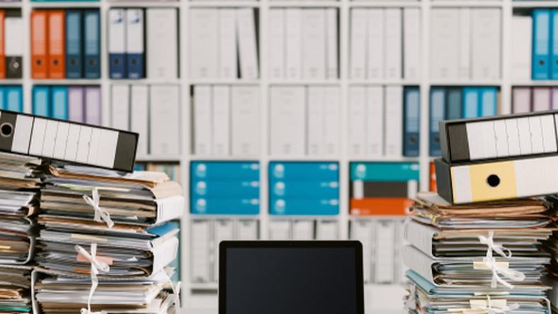 dokumenty, komputer, praca, firma/fot. Shutterstock