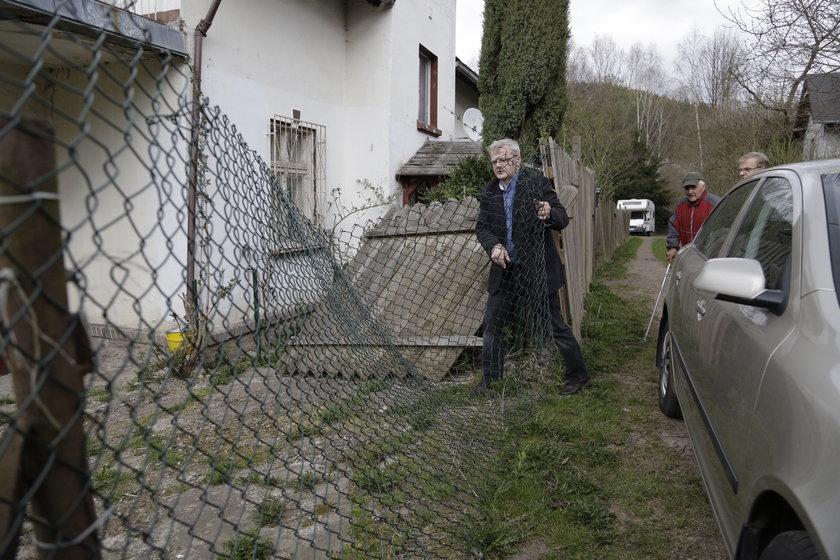 Krzysztof Gospodarek (59 l.), syn Violetty Villas († 73 l.) przed domem w Lewinie Kłodzkim