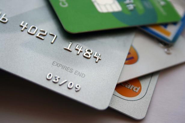 Przepisy nie określają sposobu wypłaty świadczeń rodzinnych. Między innymi dlatego w Stalowej Woli podjęto decyzję o wypłacie tej pomocy przy użyciu przedpłaconych kart płatniczych.