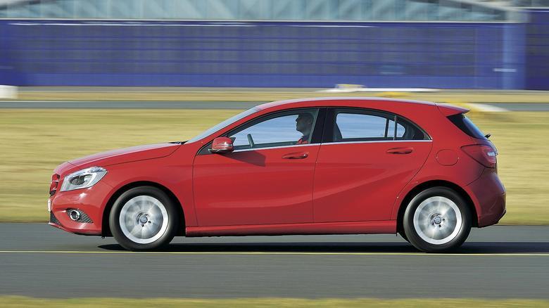 """Kryteria testowe nie pozostawiają złudzeń – na punkty Mercedes A 180 wypada gorzej niż VW Golf 1.4 TSI. Najwięcej traci w ocenie przestronności w drugim rzędzie siedzeń i w kategorii """"Connected Car""""."""