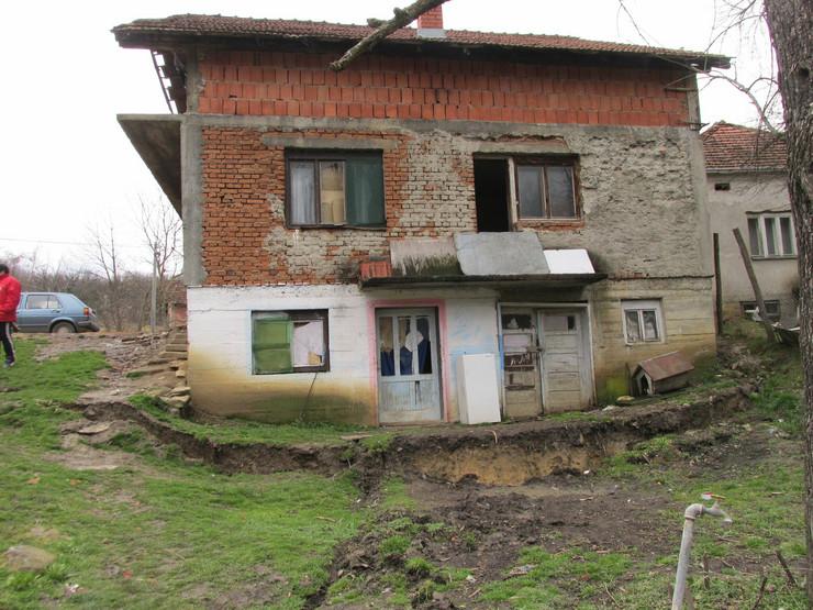 587963_trstenik01-kuca-klizaju-niz-brdo-foto-trstenik.rs