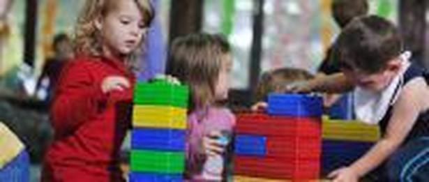Piecza zastępcza jest sprawowana w formie rodzinnej lub instytucjonalnej w przypadku niemożności zapewnienia dziecku opieki i wychowania przez rodziców