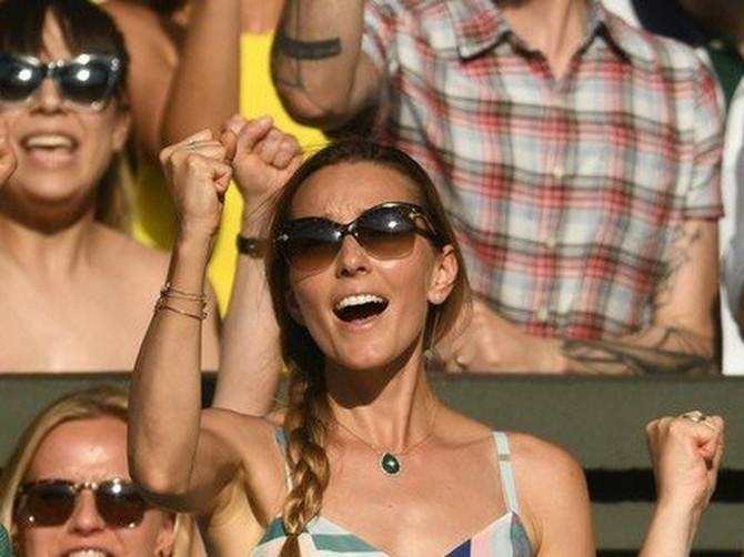Nole KIDA na terenu, a Jelena DOMINIRA tribinama U PRELEPOJ HALJINI: Jedan DETALJ je hit leta i baš nam se sviđa!