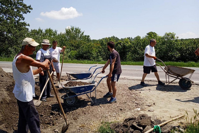 Građani asfaltiraju i krpe rupe u Malom raju