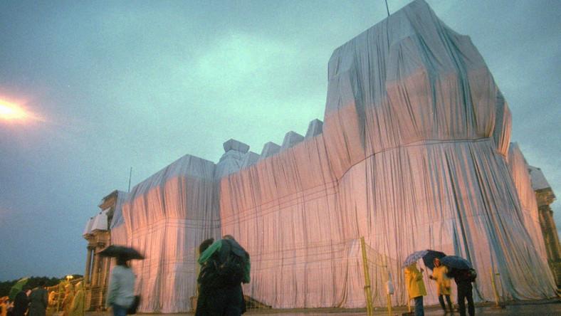 """Pomysł opakowania nielegalnych willi zaczerpnęli najwyraźniej od artysty Christo, który """"opakował"""" m.in. Reichstag."""