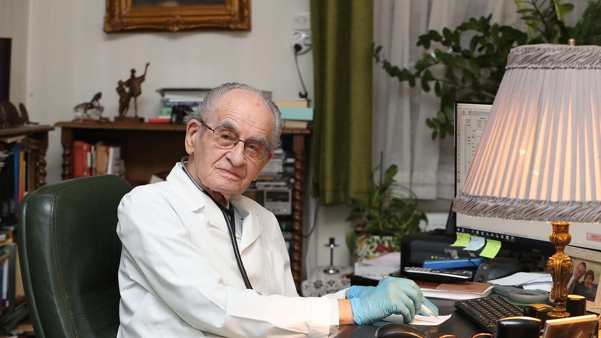 97 éves hazánk legidősebb orvosa – Eddig szeretne még gyógyítani István doktor
