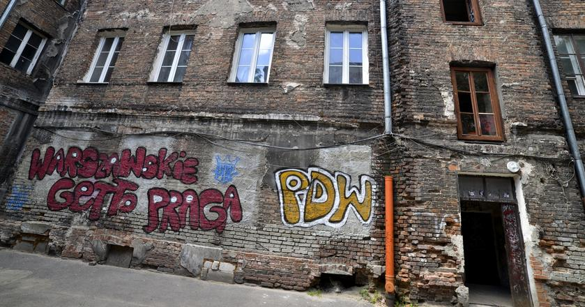 Sporo wciąż czekających na odnowienie kamienic znaleźć można na Starej Pradze w Warszawie, np. przy niegdyś owianej złą sławą, dziś powoli zmieniającej swoje oblicze, ulicy Brzeskiej
